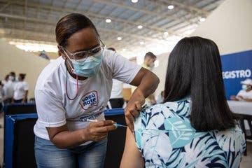 Desde el viernes 10 nuevos centros de vacunación operan en los mercados binacionales de Dajabón, Elías Piña, Jimaní y Pedernales donde podrán vacunarse todas las personas a partir de los 12 años.