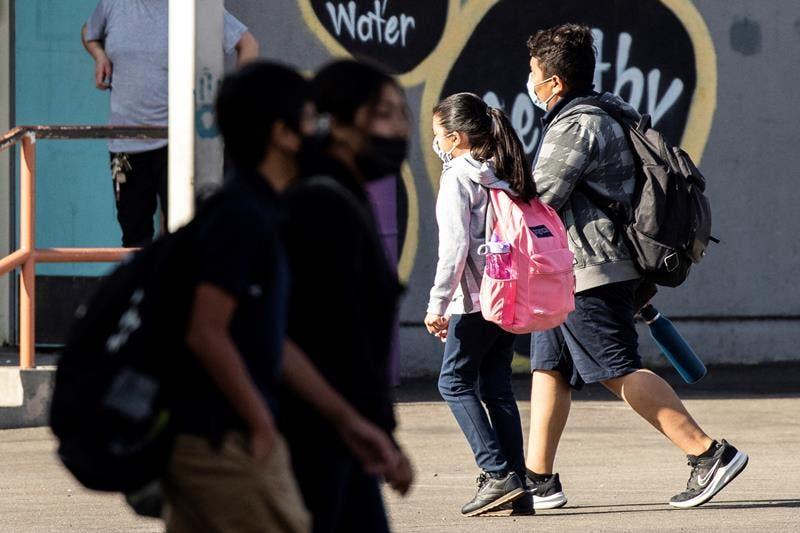 Los Ángeles (Estados Unidos).- Los estudiantes caminan hacia sus aulas en una escuela secundaria en El Sereno, Este de Los Ángeles, California, EE. UU., 10 de septiembre de 2021. Distrito Escolar Unificado de Los Ángeles (LAUSD) aprobado el 09 Septiembre mandato de vacunación Covid-19 para estudiantes de 12 años o más. (Estados Unidos) EFE / EPA / ETIENNE LAURENT