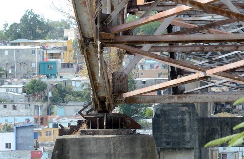 """El """"Puente de la 17"""" se cae a pedazos"""