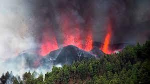 2000 evacuados por la erupción de un volcán en isla española de La Palma