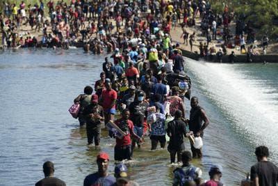 Miles de migrantes haitianos acampan bajo puente en Texas