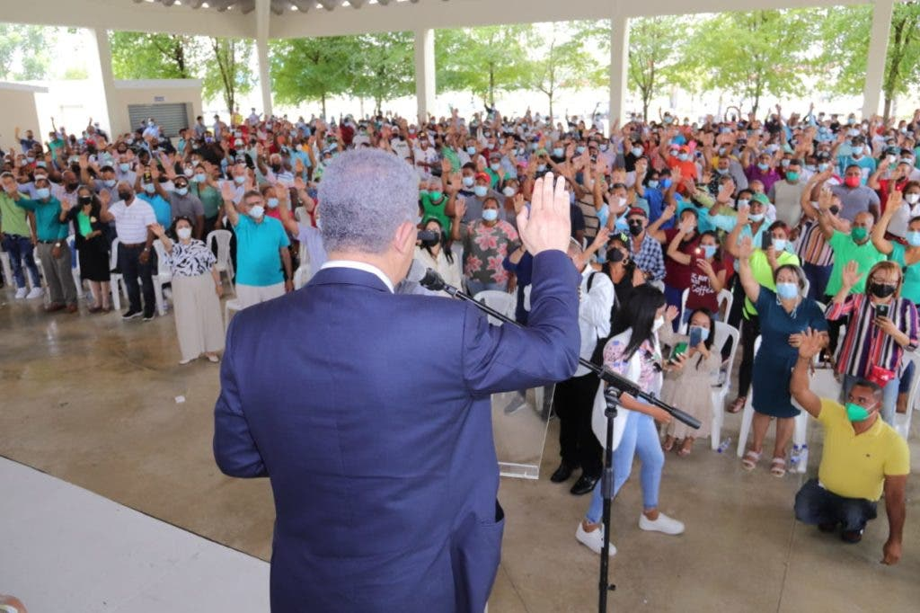 Leonel Fernández juramento decenas de seguidores en la Fuerza del Pueblo en la provincia Duarte.
