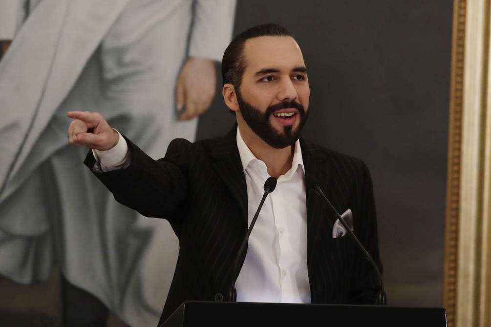 """Nayib Bukele escribe en su biografía de Twitter """"dictador de El Salvador»"""