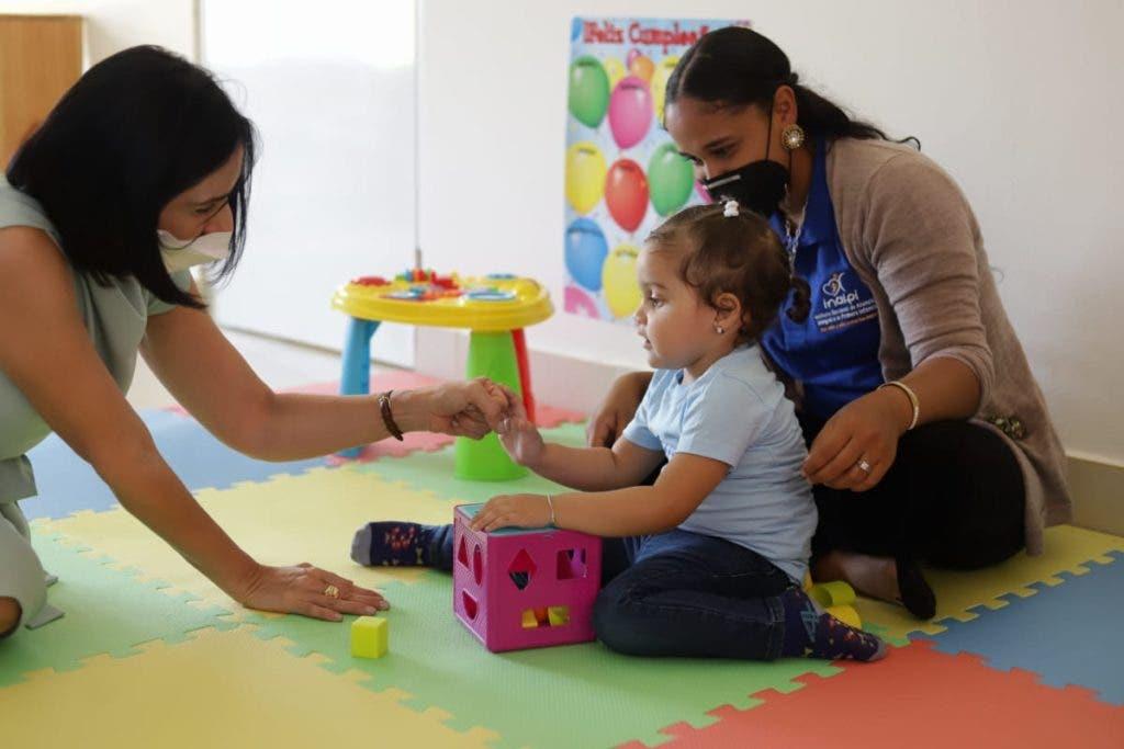 La primera dama Raquel Arbaje de Abinader saluda de una niña en el nuevo centro del Caipi inaugurado en Moca