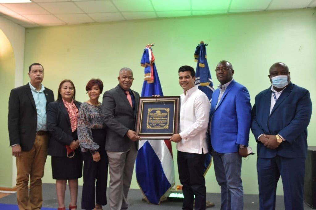 El director ejecutivo de INAPA, Wellington Arnaud, recibió una placa de reconocimiento por (CODIA ), por su trabajo, entrega y dedicación .