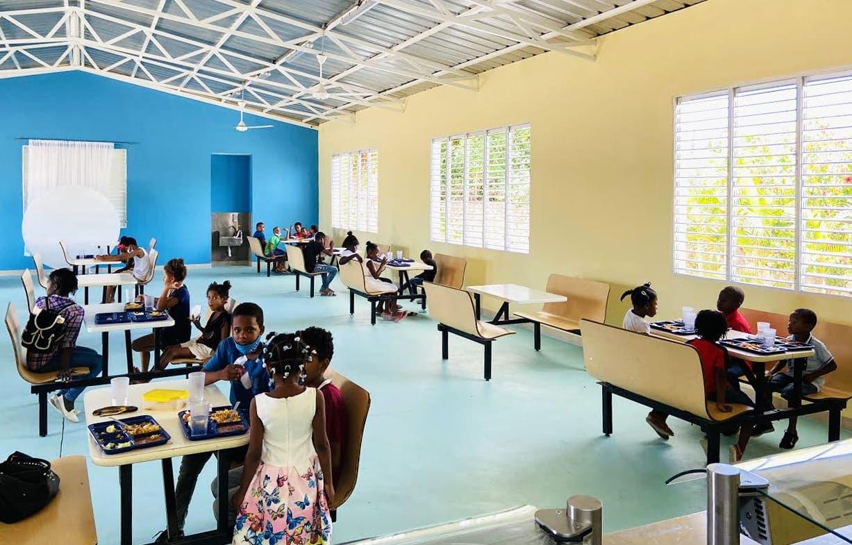 Reabre comedor escolar para dar almuerzos a niños de poco recurso