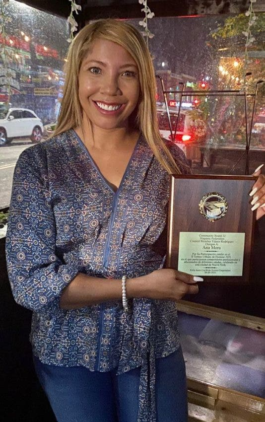 Dominicana Ana Mora gana Torneo Urbano de Dominó en New York