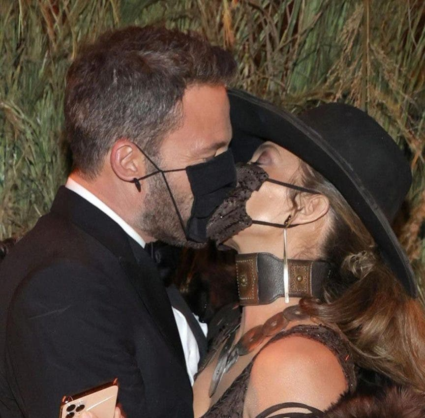 El incontenible beso con mascarilla de JLo y Ben Affleck en la Met Gala