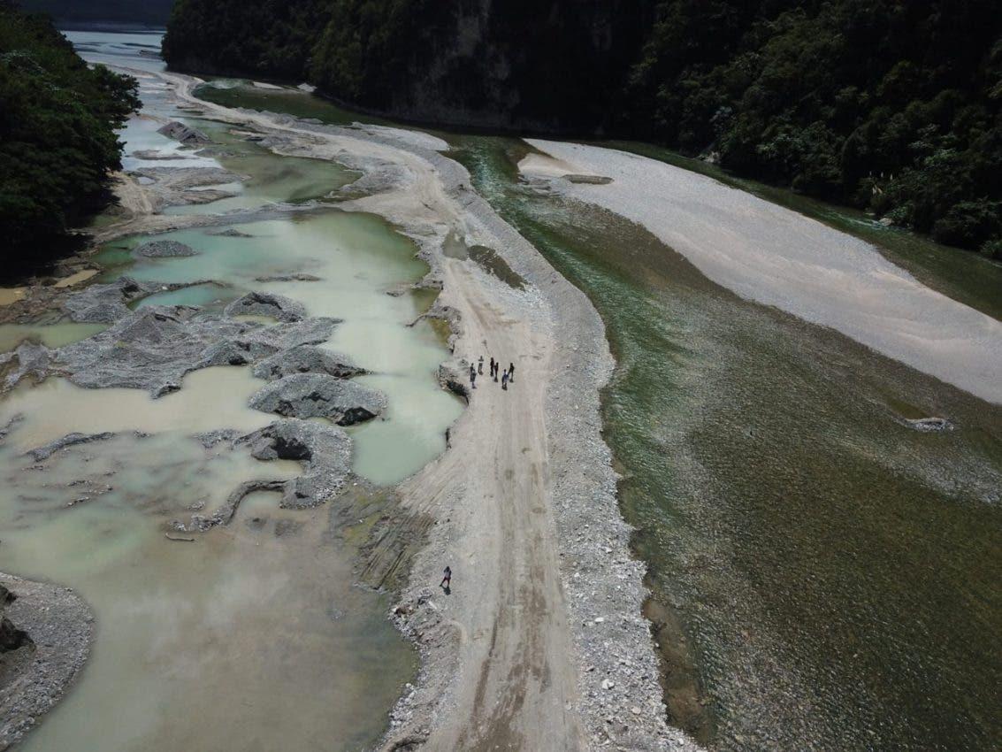 Medio Ambiente interviene extracción ilegal de materiales en aguas