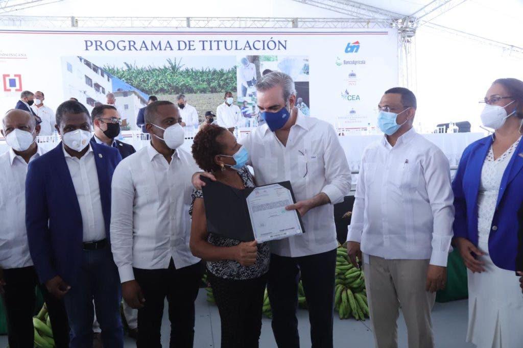 El presidente Abinader entregó certificados de título de propiedad de solares y viviendas a 985 familias, lo que beneficia a más de 3,940 personas.