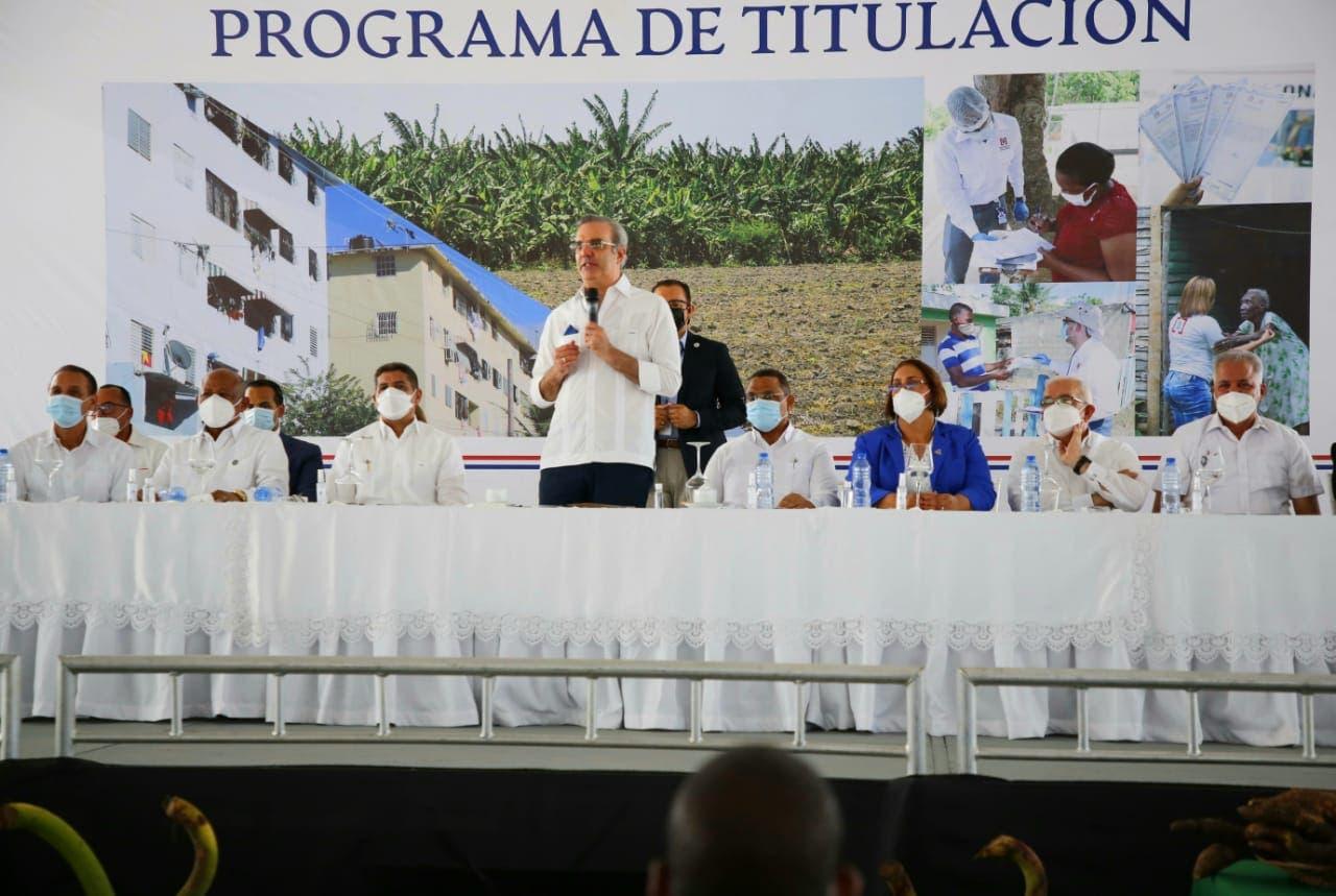 Presidente Abinader entrega 985 certificados de títulos propiedad en Nigua