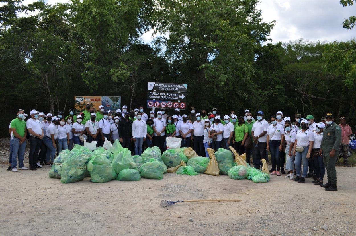 Colaboradores OMSA realizan jornada de recolección de desechos en playa Bayahíbe