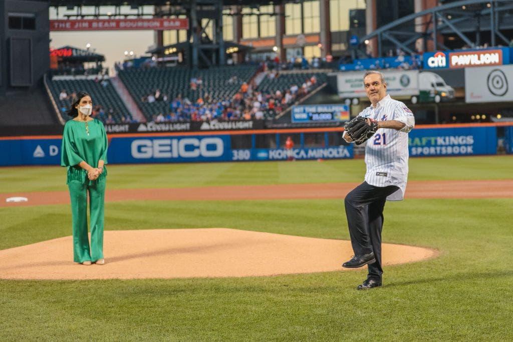 Abinader hace lanzamiento primera bola en partido Filis y Mets