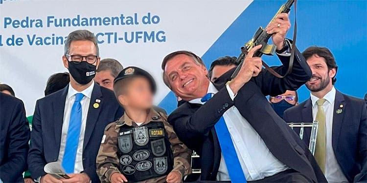 Bolsonaro pone a niño con un fusil de juguete como «ejemplo de civilidad»