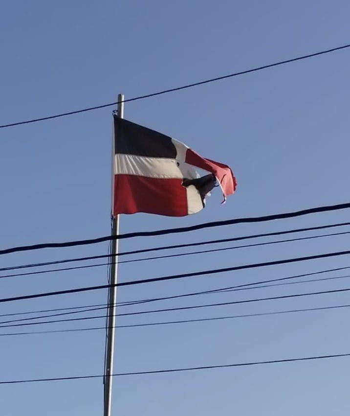 Bandera flotando deteriorada