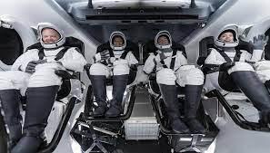 """Tom Cruise conversó con la tripulación en una cápsula Dragon de SpaceX que tiene previsto el """"chapuzón"""" de regreso en el Atlántico Florida."""