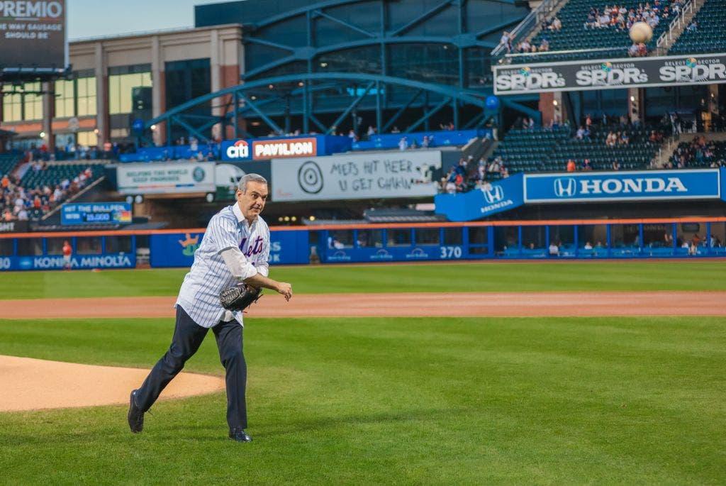 El presidente Luis Abinader hizo el lanzamiento de la primera bola en el partido del domingo en donde los Filis de Filadelfia visitaban a los Mets de New York en el Citi Field de la gran manzana.