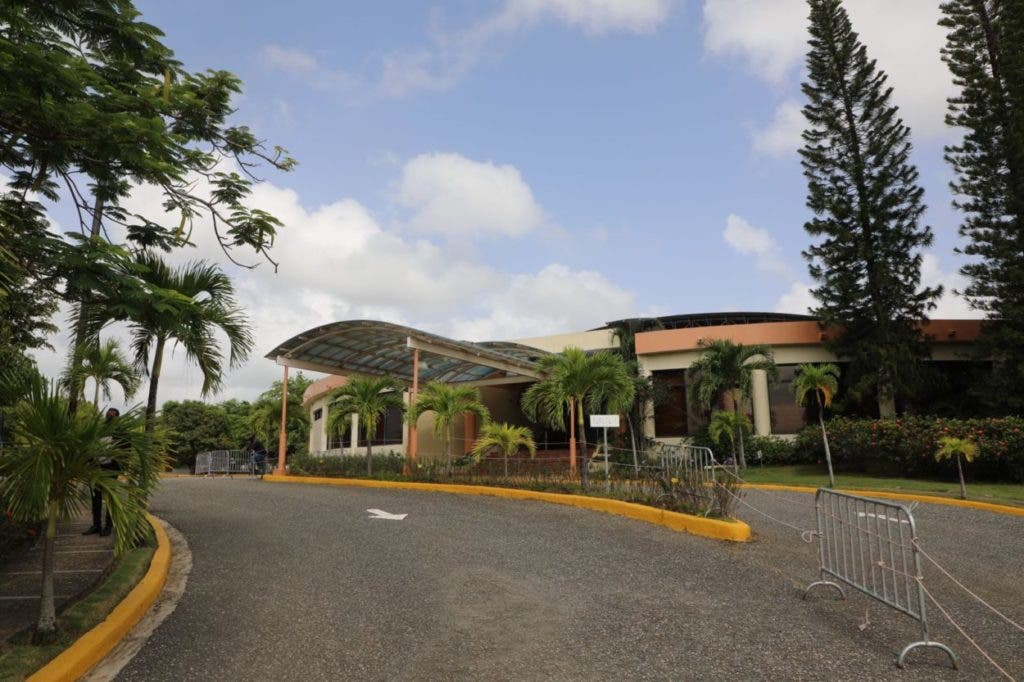 El presidente Luis Abinader anunció la construcción de una escuela para niños especiales en los terrenos pertenecientes al Club de la Superintendencia de Seguros y de una maternidad en la parte antigua del Hospital Mercelino Velez