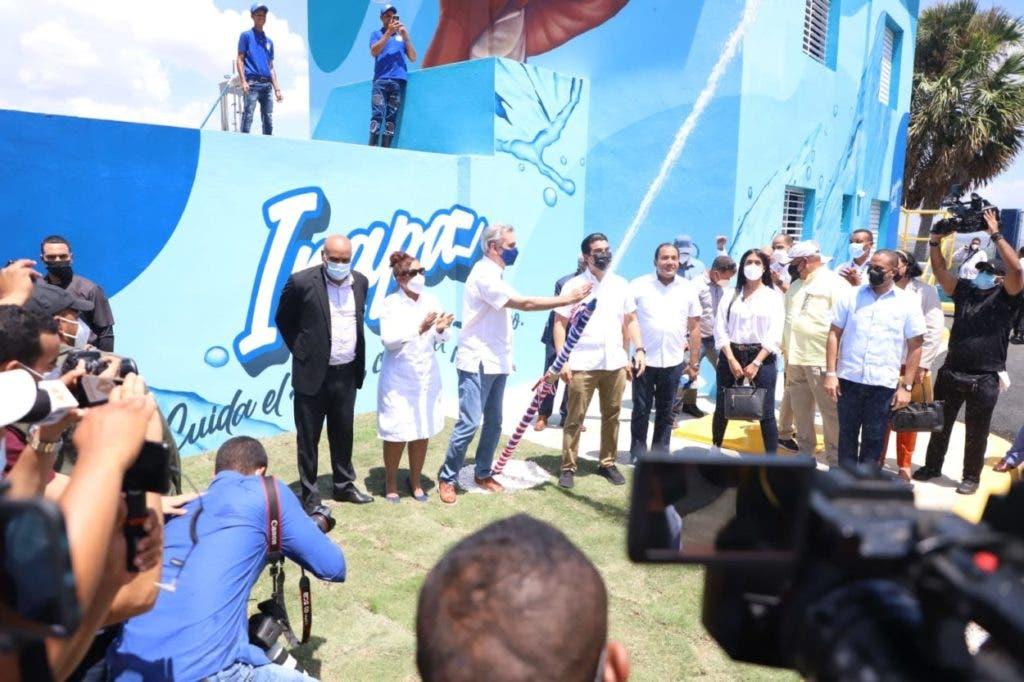 El presidente Abinader inauguró la planta potabilizadora y el depósito regulador del acueducto de Partido-La Gorra, en Dajabón, construido a un costo de 63 millones 774 mil 607 pesos con 45 centavos, por el Instituto Nacional de Aguas Potables (Inapa).