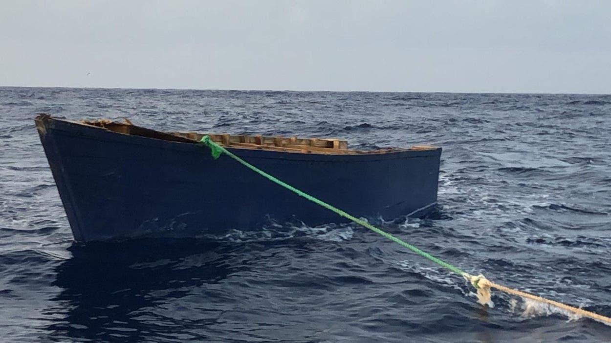 Rescatan a 25 personas tras naufragar embarcación
