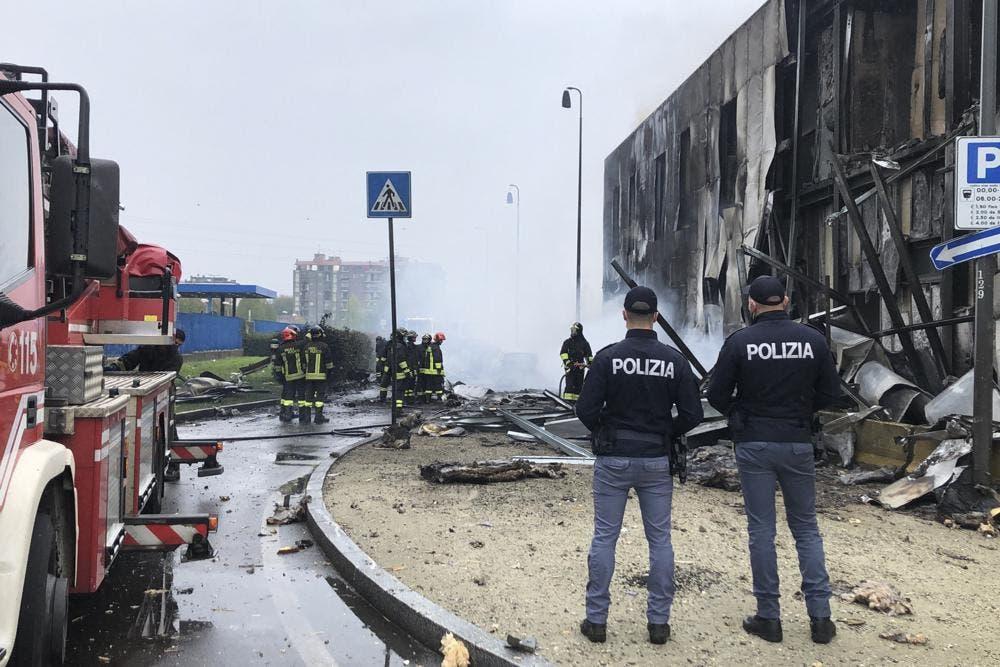Avión se estrella contra un edificio en Italia; 8 muertos reportados