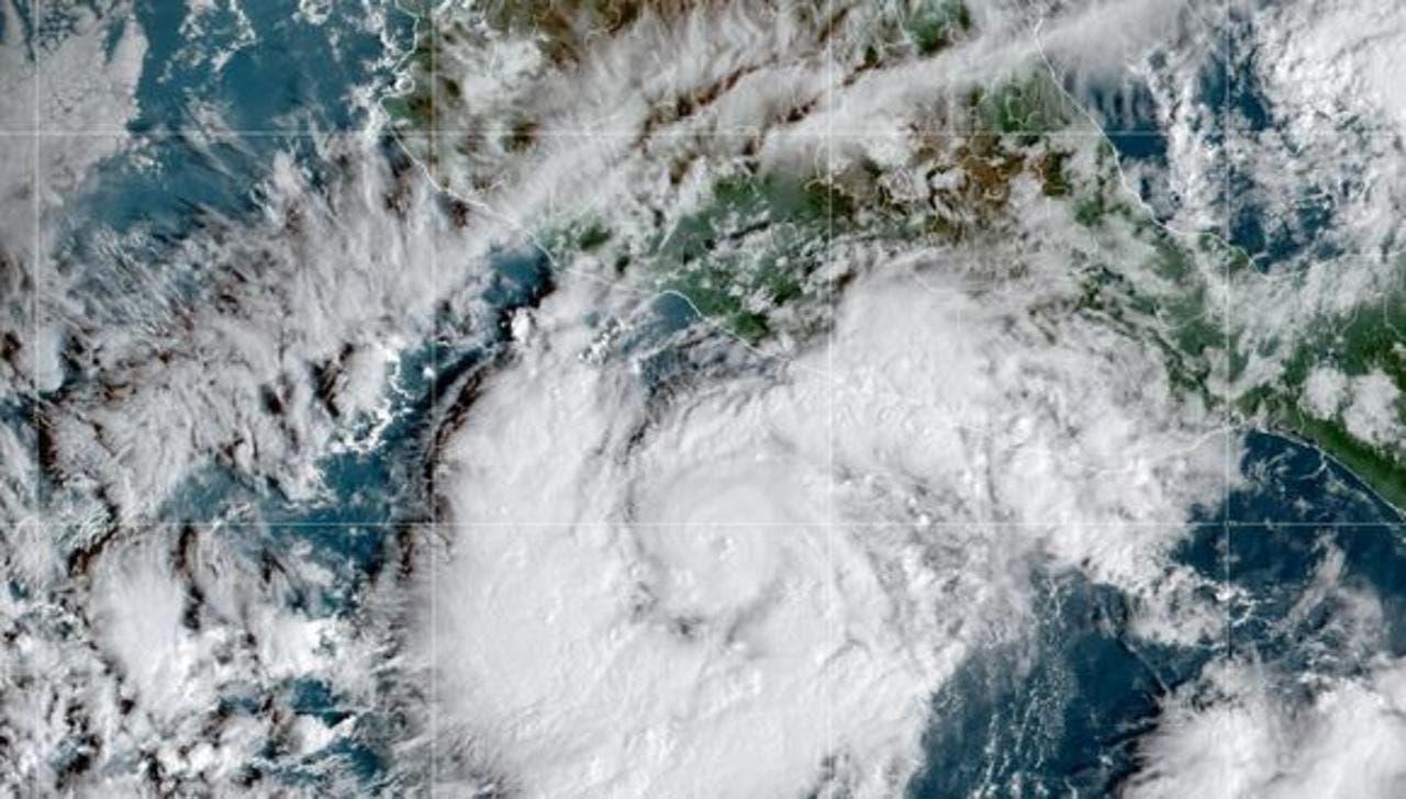 Huracán Rick se dirige a la costa sur del Pacífico mexicano