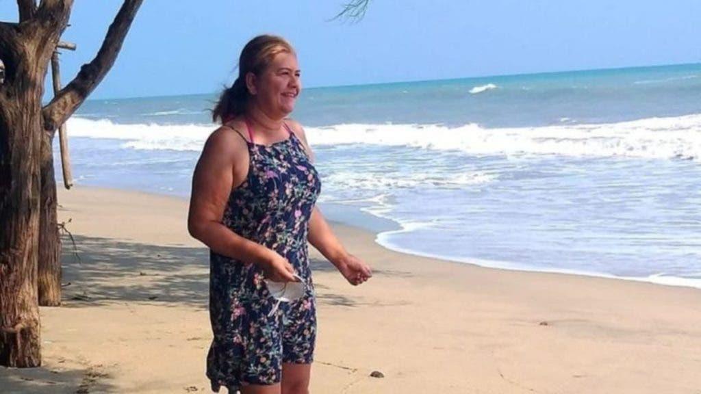 Martha Sepúlveda camina en la playa el pasado año cuando la enfermedad se lo permitía. Hoy celebra su muerte como  si fuera la vida