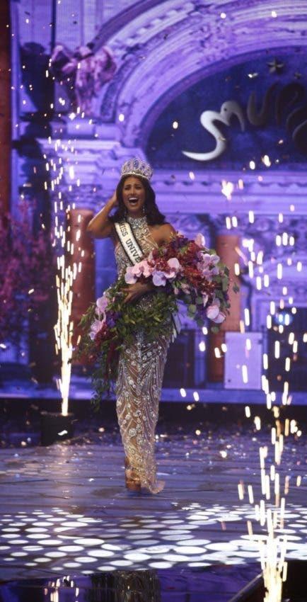 Michelle Colón al coronarla Miss Puerto Rico