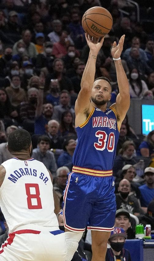Curry anota 45 y Warriors frenan a los Clippers