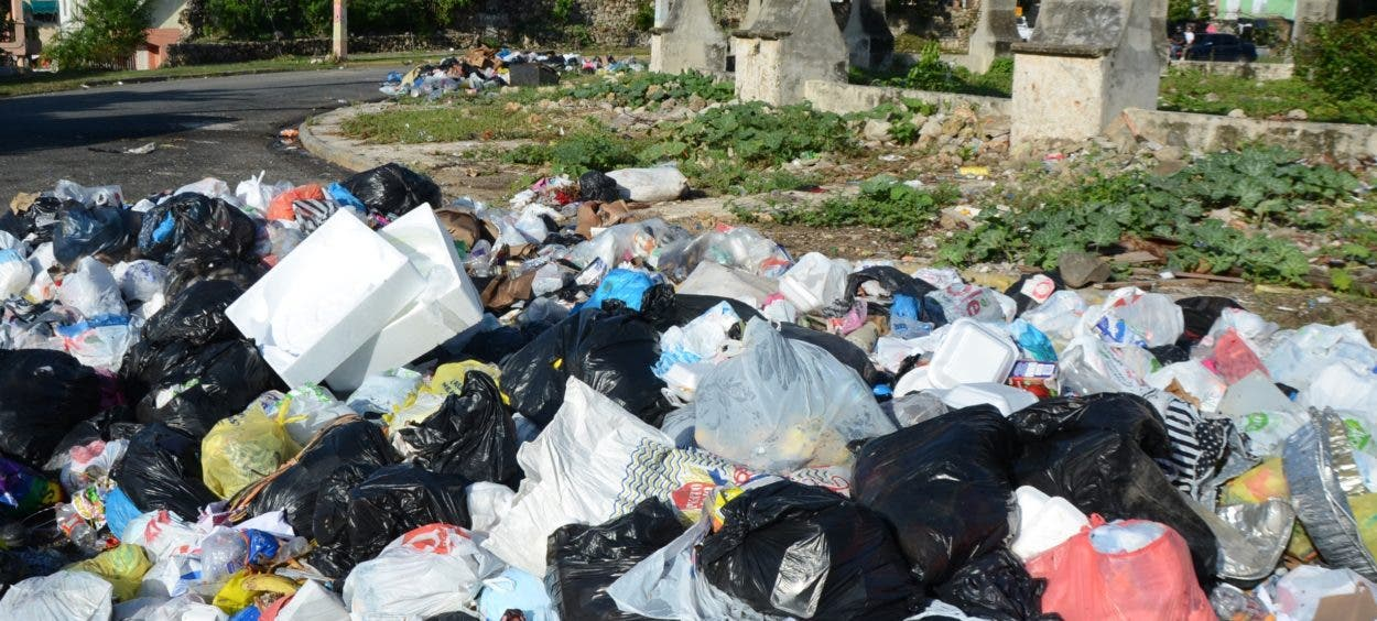 Basura sigue presente en alrededores del Faro
