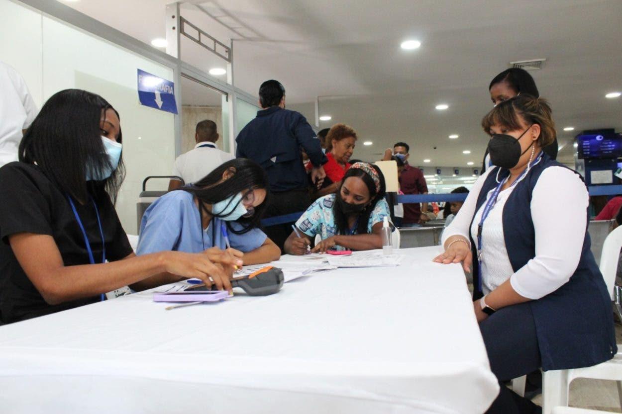 Pasaportes instala puesto de vacunación para  usuarios