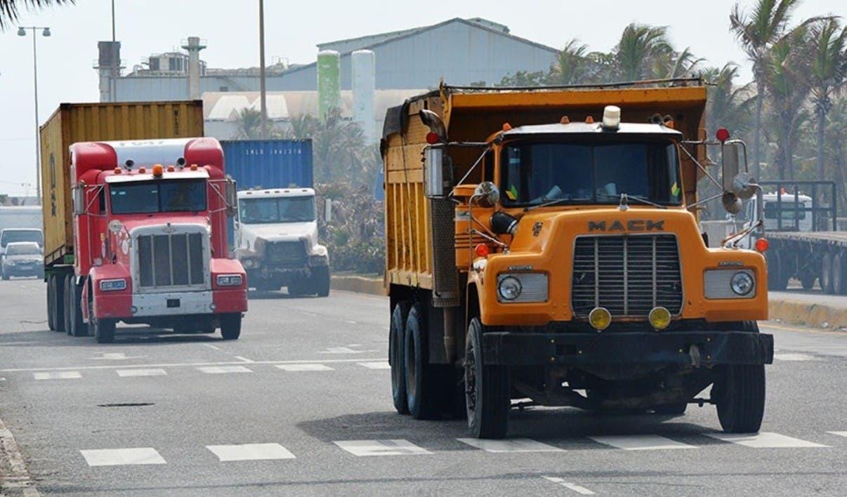 Sacan de la ciudad vehículos pesados