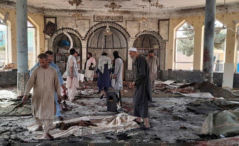 Varias personas inspeccionan los daños en el interior de una mezquita tras una explosión en Kunduz, Afganistán, este viernes 8 de octubre de 2021. (AP Foto/Abdullah Sahil)