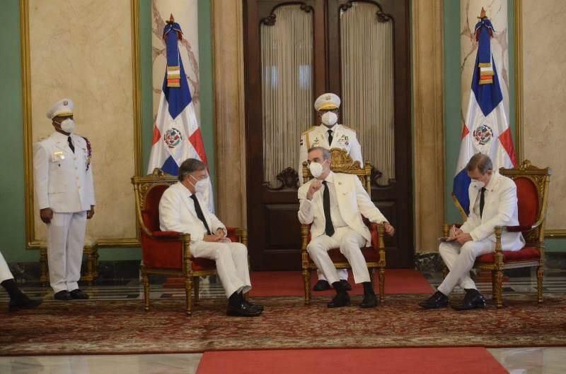 El presidente Luis Abinader recibió hoy las cartas credenciales de los  nuevos embajadores de España, Unión Europea. Uruguay, Suiza, Italia y El Salvador.