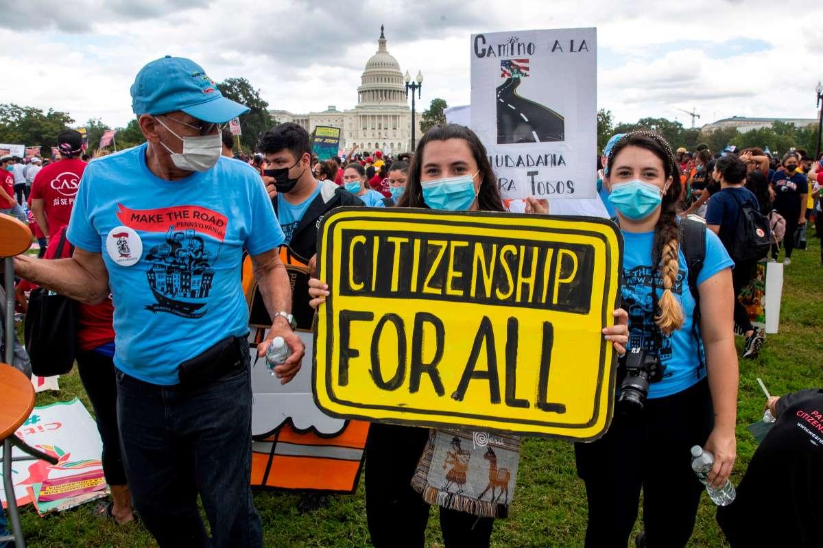 """Cientos de manifestantes reclaman a Biden una reforma migratoria """"ahora»"""