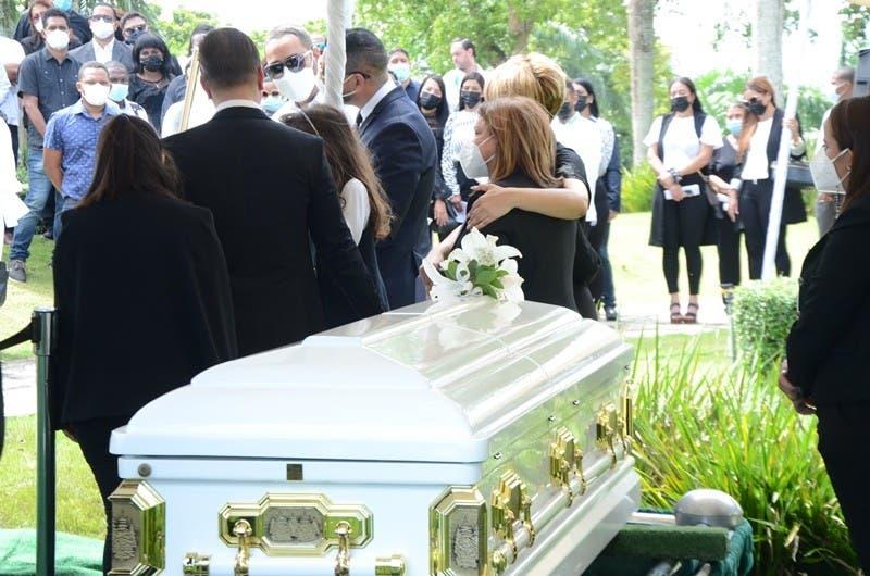 El pasado martes fueron sepultados en el cementerio Jardín Memorial los restos de la arquitecta Leslie Rosario, en medio de llantos y dolor de sus familiares.