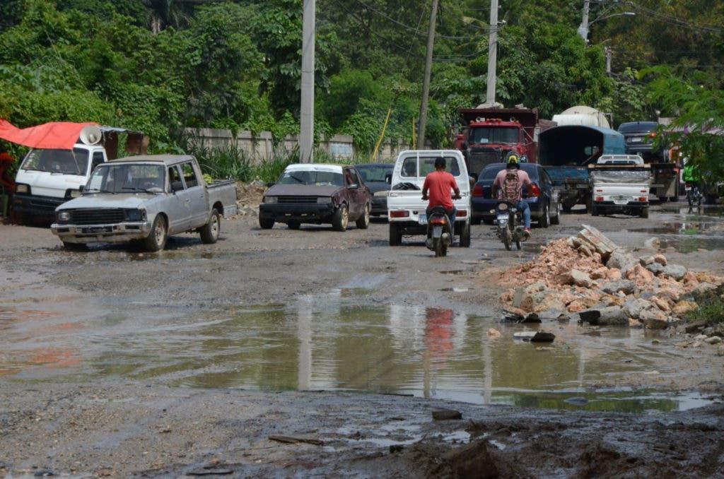 Residentes,  choferes, comerciantes y motoconchistas de Santo Domingo Oeste se quejan de que  las malas condiciones de las calles internas y la vía principal, conocida como la carretera Quita Sueño-Haina.