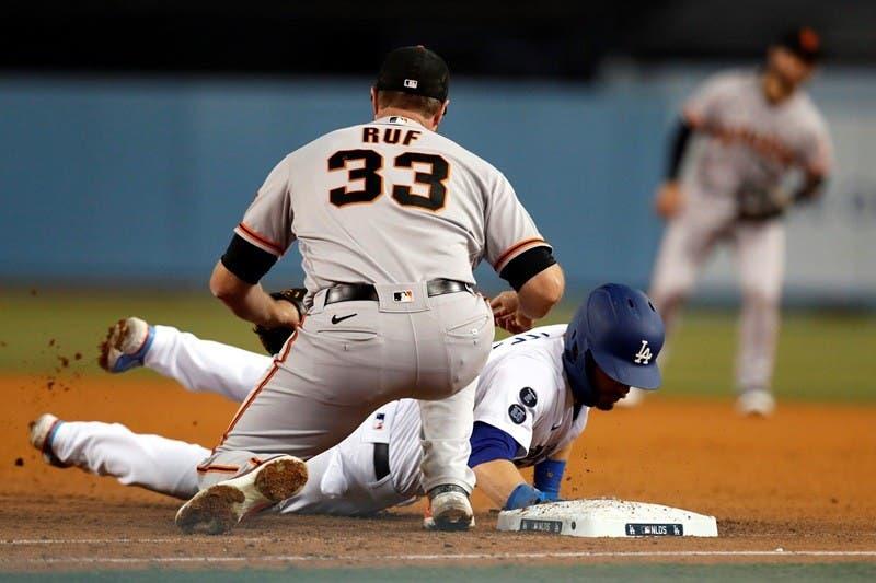 Los Ángeles (Estados Unidos).- Los Angeles Dodgers Gavin Lux (R) se zambulle de regreso a la primera base mientras supera la etiqueta del primera base de los San Francisco Giants Darin Ruf (L) en un intento de pick off durante la quinta. Entrada del cuarto juego de la Serie Divisional de la Liga Nacional, el partido de playoffs de la MLB entre los Gigantes de San Francisco y los Dodgers de Los Ángeles en el Dodgers Stadium de Los Ángeles, Calfornia, EE. UU., 12 de octubre de 2021. (Estados Unidos) EFE / EPA / CAROLINE BREHMAN