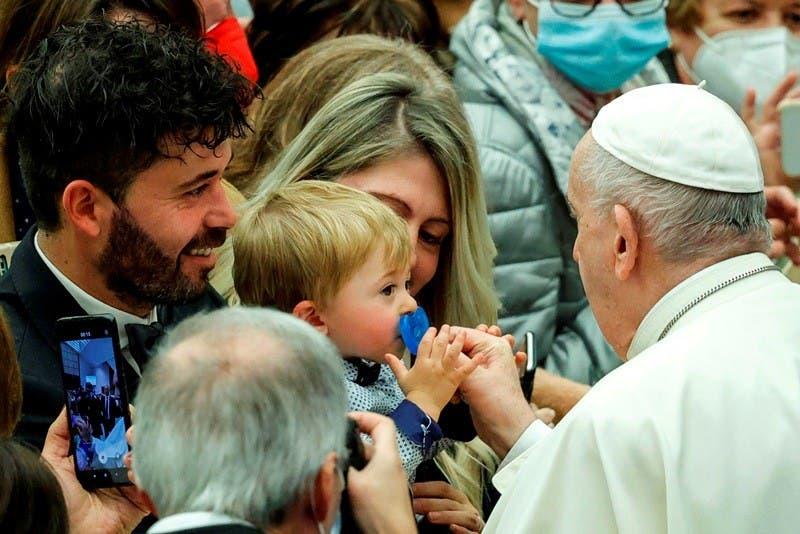 El Papa Francisco da la paz a un bebé durante la audiencia semanal en la Ciudad del Vaticano. EFE/EPA/GIUSEPPE LAMI