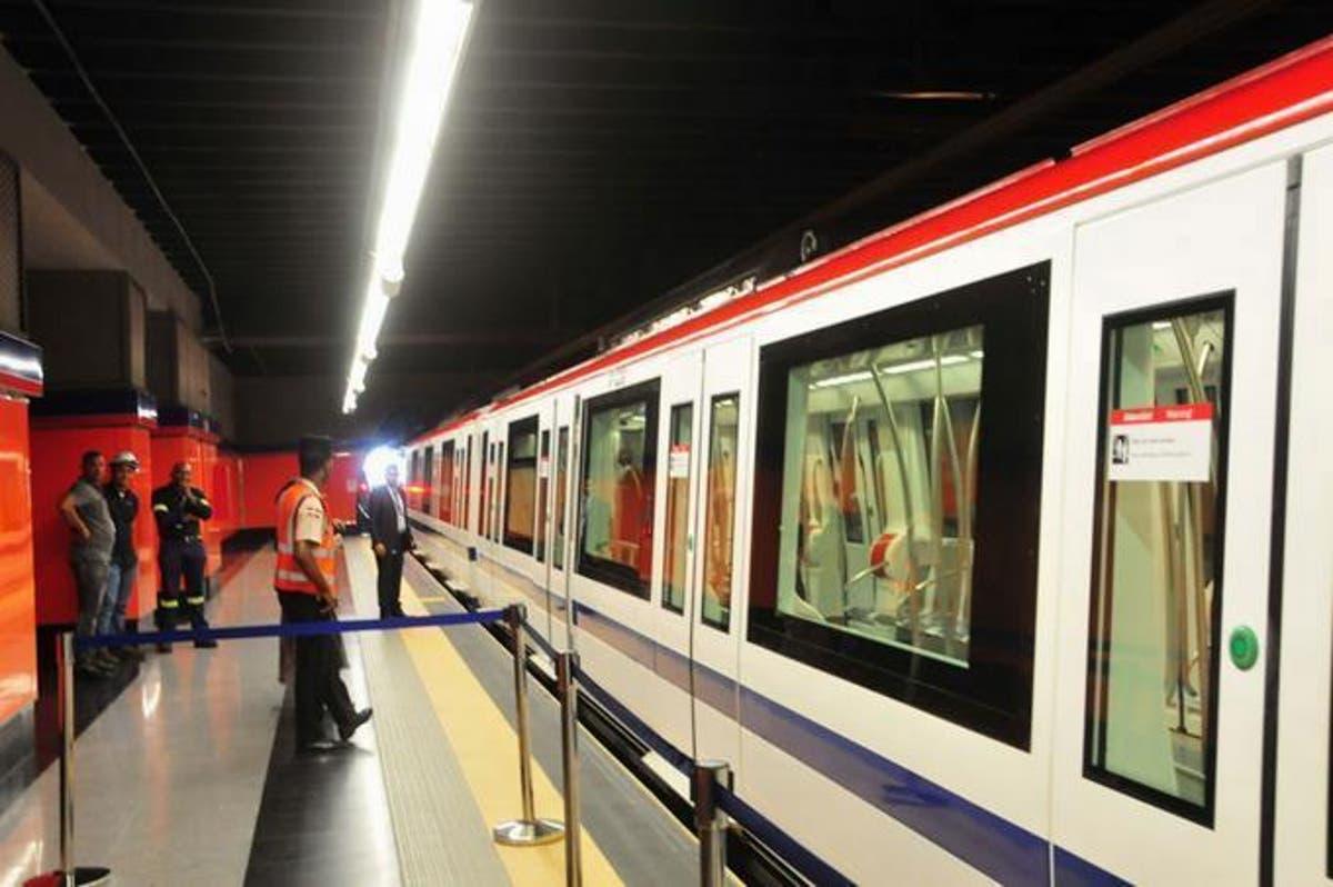 Hombre se desmayó y cae sobre los rieles del Metro
