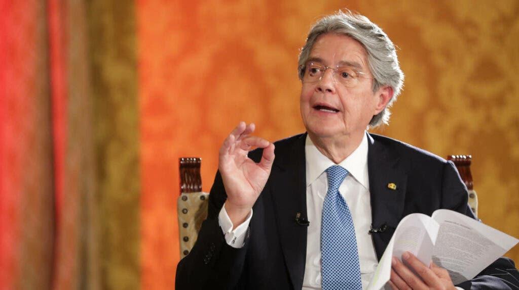"Lasso advierte que ""empuñará la Constitución"" para enfrentar a ""golpistas»"