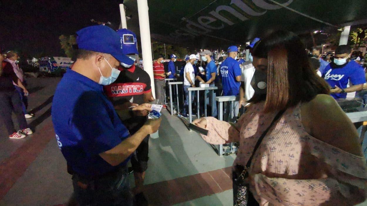 Fanáticos acuden al estadio Quisqueya con tarjeta vacuna en mano