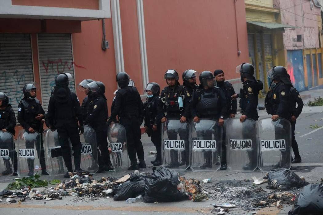 Policía antimotines de Guatemala intenta retomar el control del Congreso