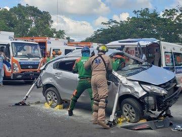 Rescatan a 3 personas que quedaron atrapados en vehículos colisionados