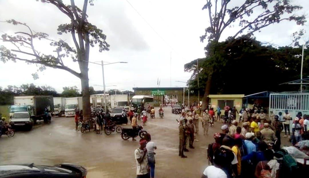Haitianos bloquean paso fronterizo en su territorio por Elías Piña