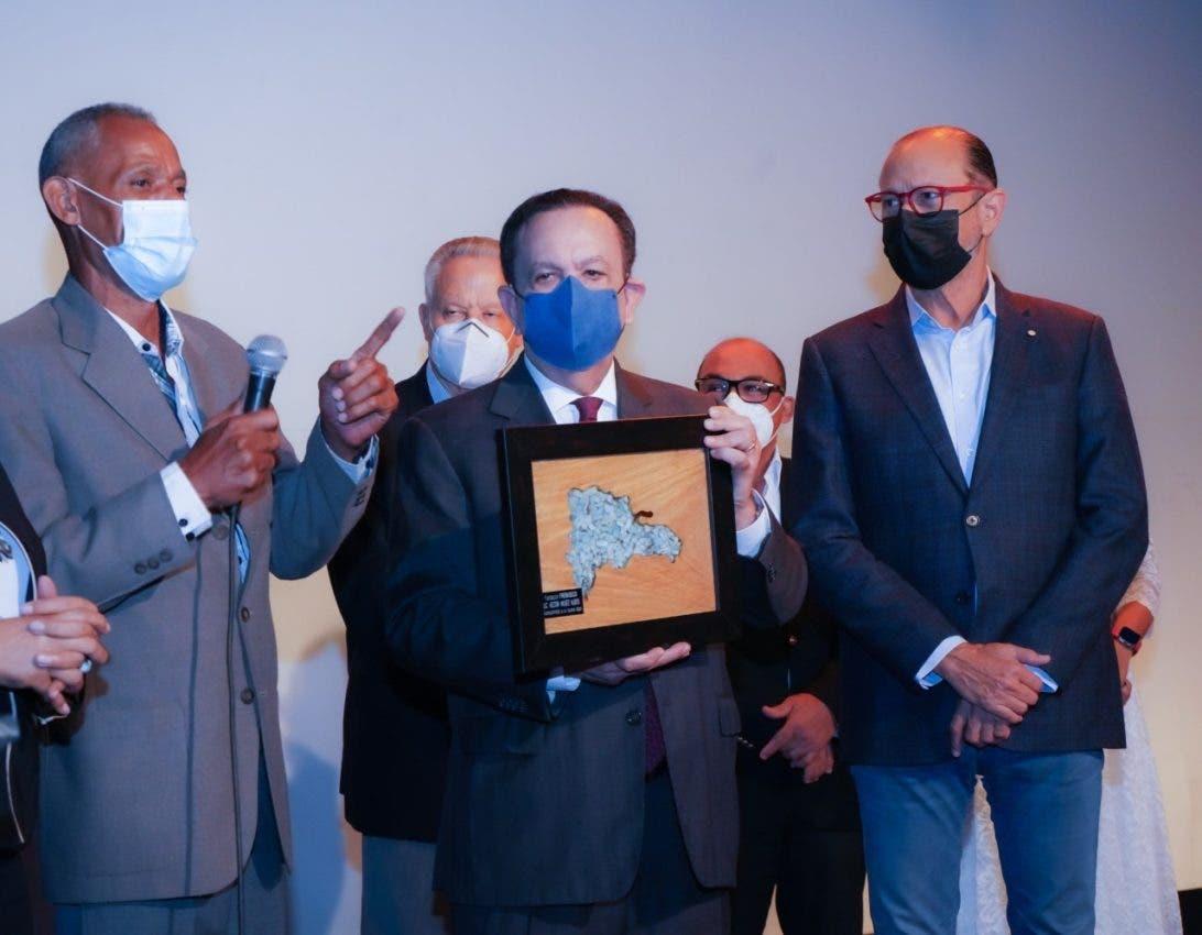 Valdez Albizu recibe reconocimiento artesanos
