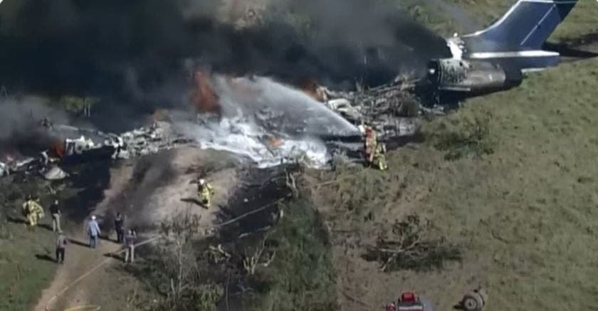 Un herido al estrellarse avión en Texas con 21 personas a bordo