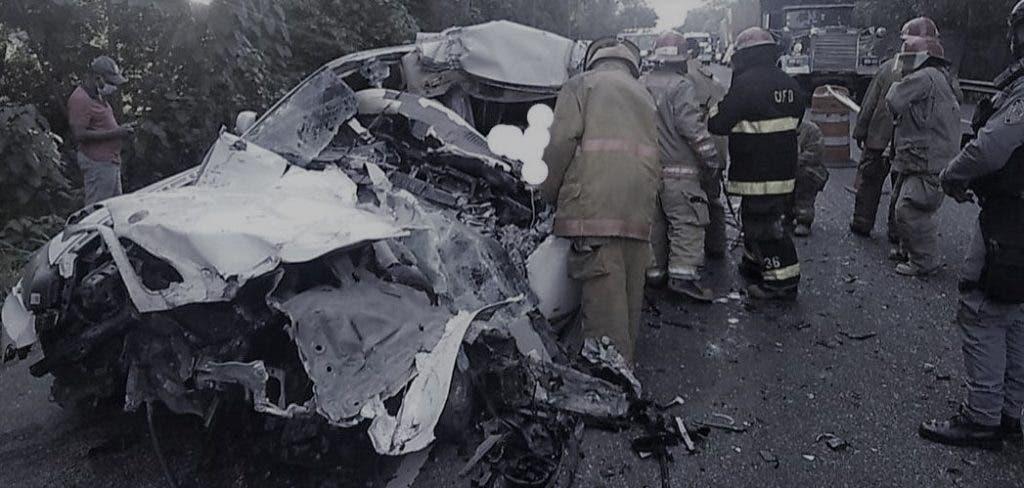 En esta condiciones quedó el vehículo en el que viajaba el bachatero Manny Jhovanny.