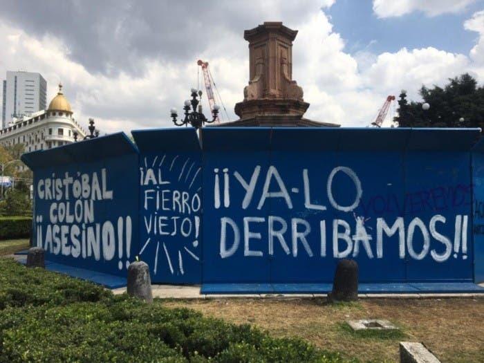 Estatua de Colón en la Ciudad de México vallada en el Día de la Raza