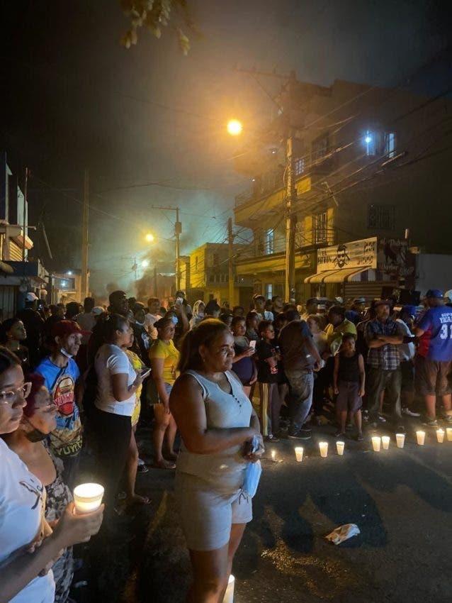 Residentes en Hato Mayor de Santiago protestaron anoche con un encendido de velas y neumáticos